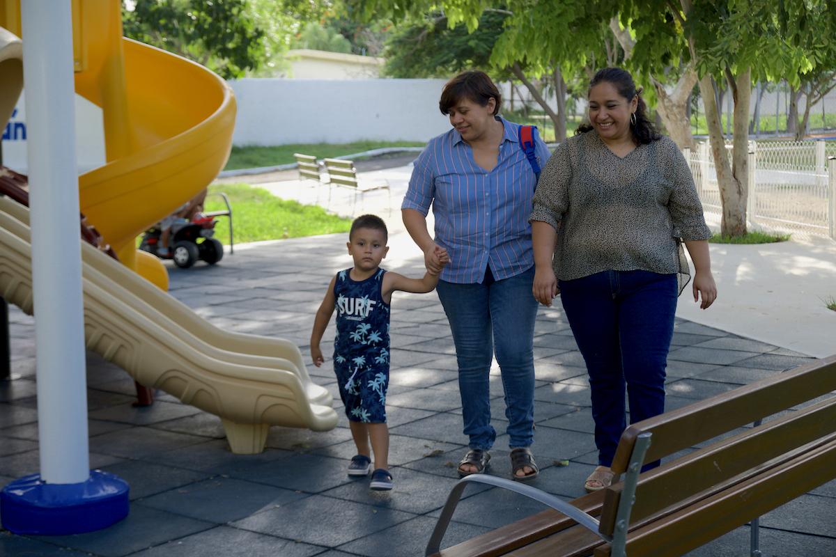 lorena y karla con su hijo