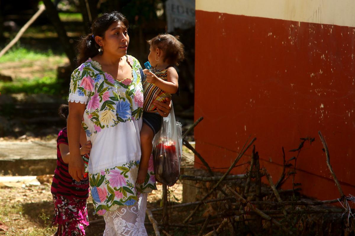 mujer maya madre
